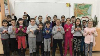 Photo of Деца от Троян  изработват мартеници с благотворителна цел