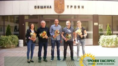 Photo of Общинските съветници наградиха Владимир Илиев, Милена Тодорова и Ана – Мария Манушева – видео