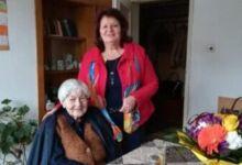 Photo of Стогодишната баба Пена от Троян черпи с кекс за юбилея си