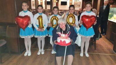 Photo of Малки мажоретки поздравиха столетничката Пенка Стоева
